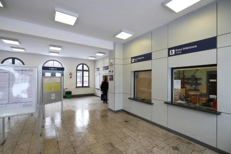 Plik:1 Dworzec w Oliwie.jpg
