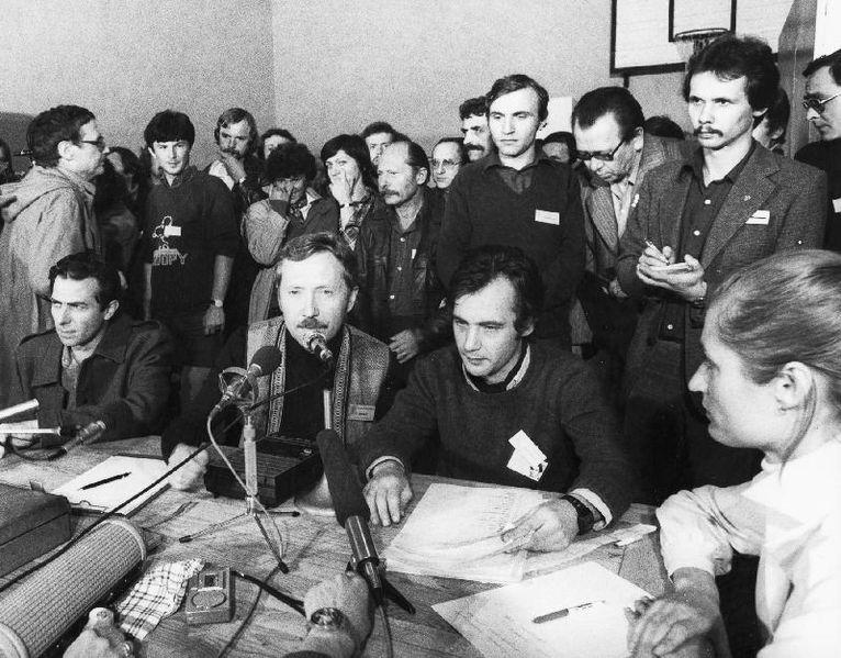 Plik:Andrzej Zarębski (stoi pierwszy z prawej), 1981.JPG